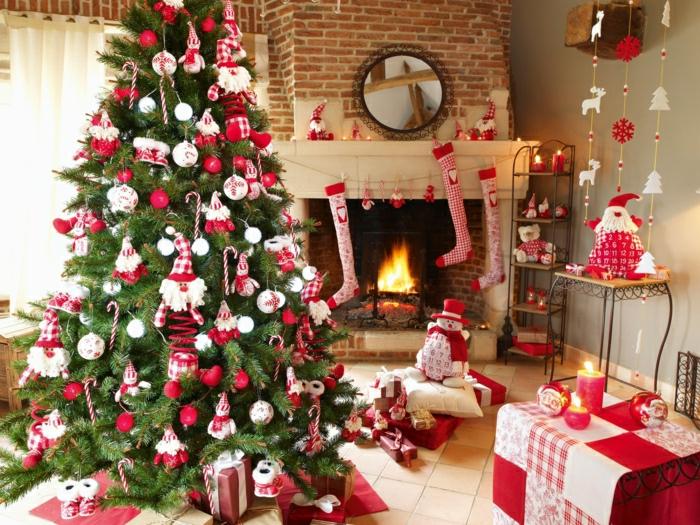 como hacer un arbol de navidad con adornos caseros, juguetes de trapos en rojo y blanco, calcetines navideños colgados en la chimenea, monigote de nieve decorativo
