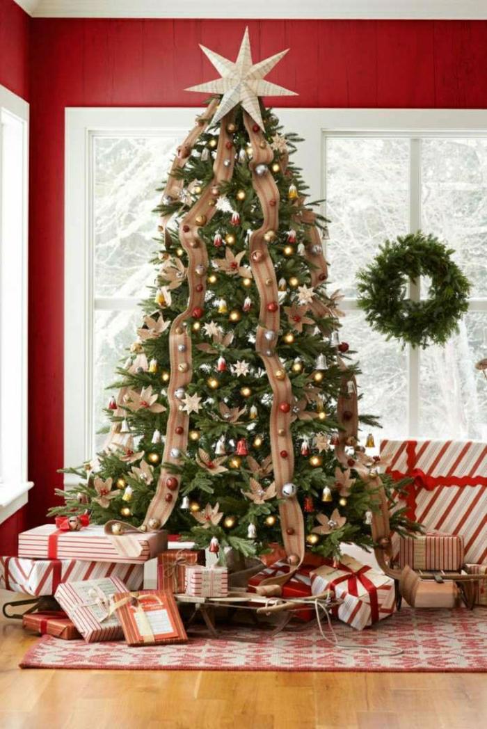 como decorar un árbol de navidad, flores caseros como adornos y grandes cintas colgadas verticalmente, corona de navidad verde