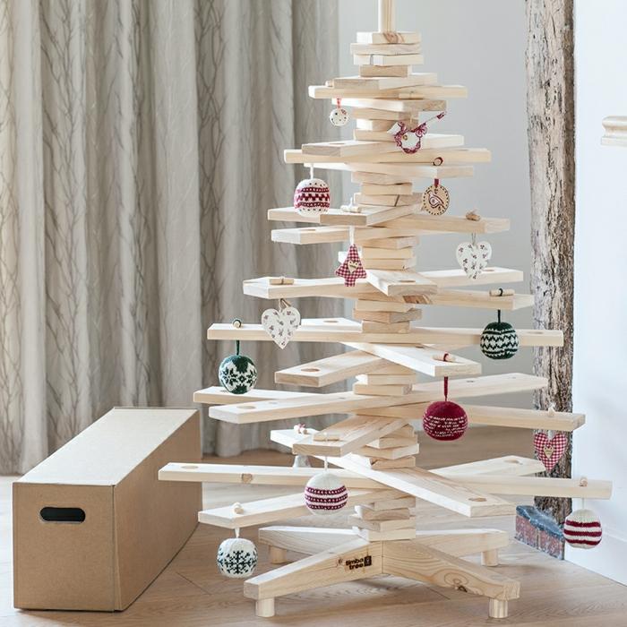 como decorar un arbol de navidad, tableros de madera compuestos en la forma de árbol, decoración casera