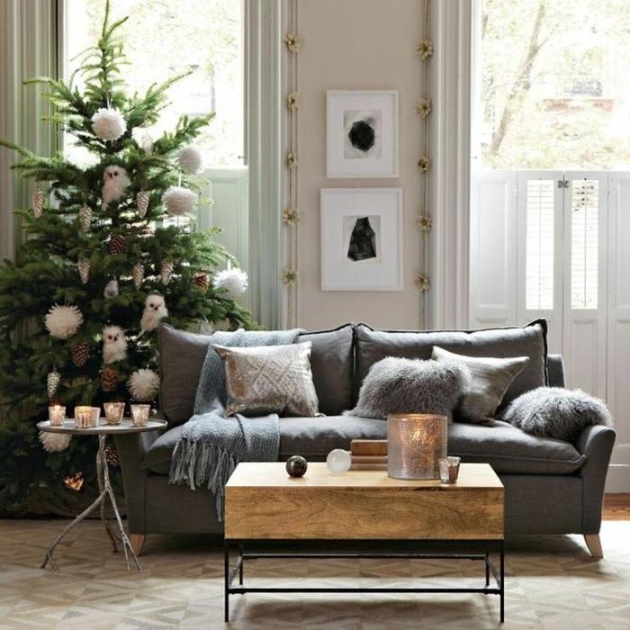 como hacer un arbol de navidad, pompones para el árbol hechos a mano de lana blanca y piñas colgantes