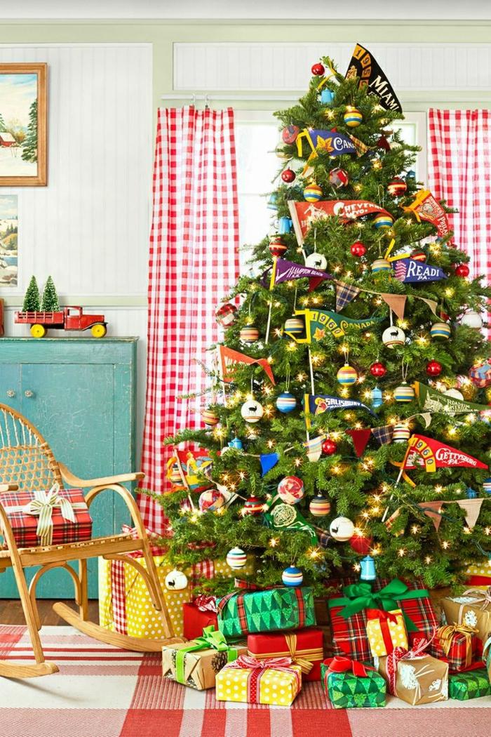 como decorar arbol de navidad, adornos divertidos y coloridos, bolas de diferente tamaño, mecedora al lado del árbol