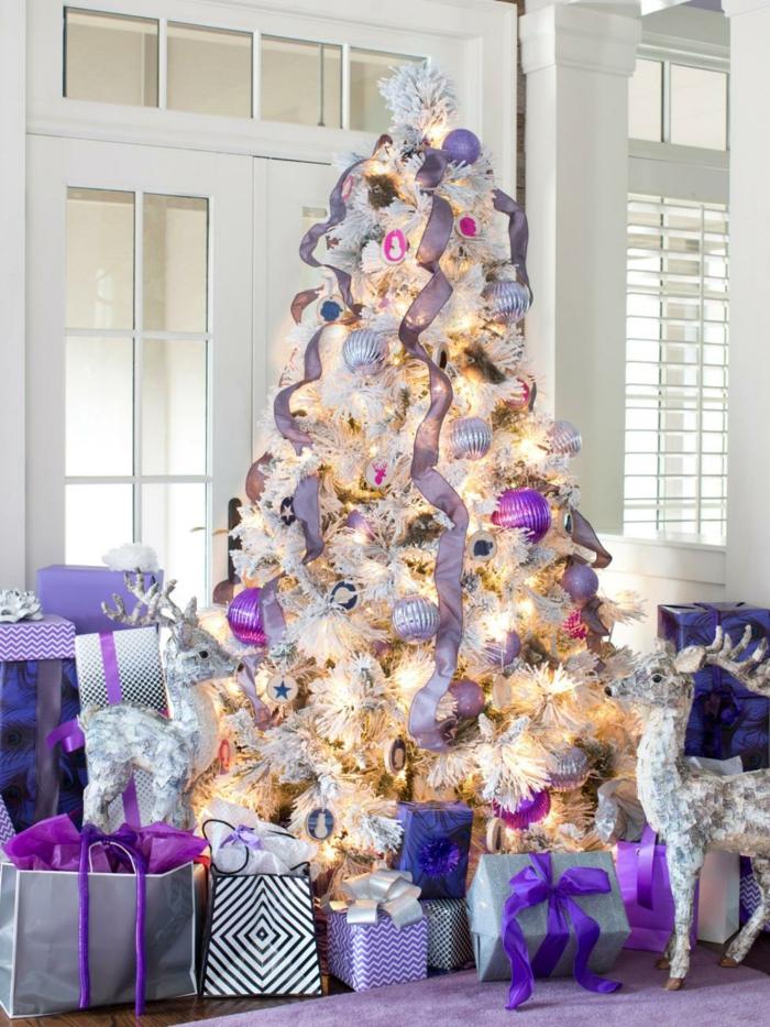árbol de navidad refinado, en color morado y color plata, pequeñas figuras de ciervo decorativas