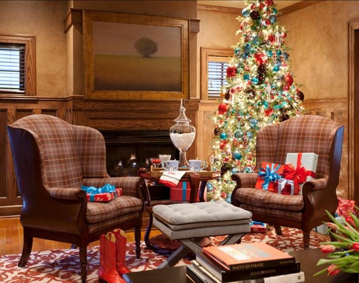 árbol de navidad espectacular con muchas esferas relucientes, sofás en estampado de cuadrados y color marrón