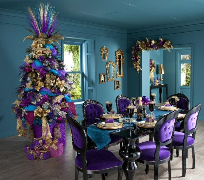 árbol de navidad muy atractivo, salón en morado y azul intensos, ambiente moderno y provocador, decoración en exceso