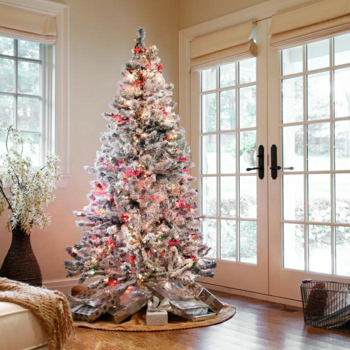 decorar árbol de navidad, ejemplo de pino artificial con puntas en blanco para efecto nevado, grande salón con puerta de vidrio