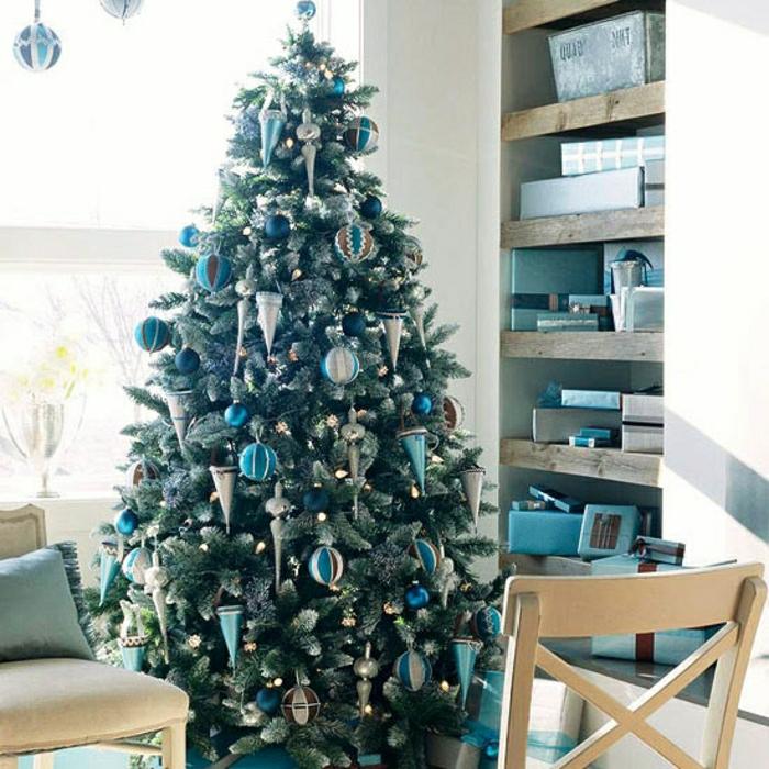 decorar árbol de navidad en colores azul y plata, ornamentos en forma cónica, esferas de diferente tamaño