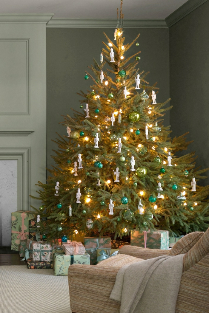 decorar arbol de navidad de manera sencilla y bonita, pequeñas esferas en color verde, lámparas y adornos figuras de soldaditos de plomo