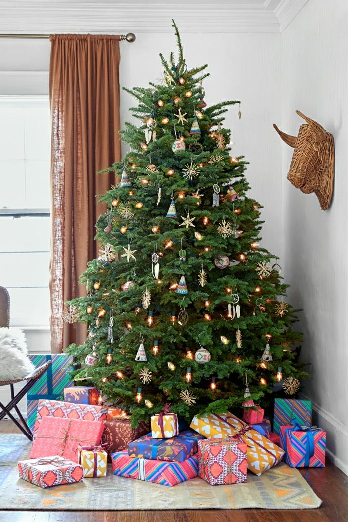 decorar árbol de navidad con ornamentos de madera pequeños, adornos en forma de estrellas