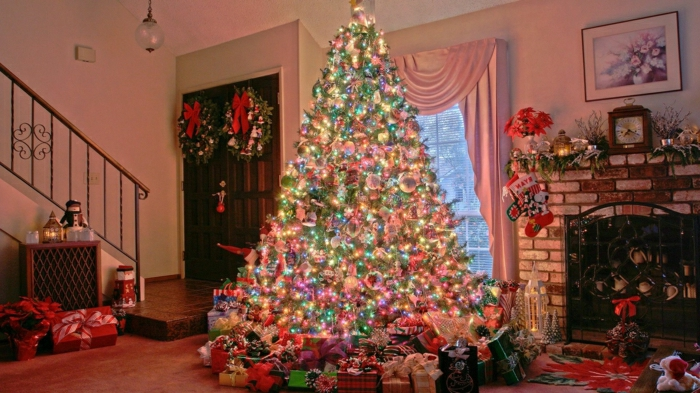decorar árbol de navidad, decoración brillante y muy original, muchos adornos y bolas en color pastel con lámparas pequeñas
