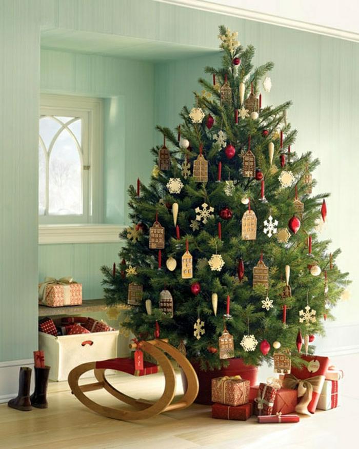 decorar árbol de navidad, monigotes de nieve hechos de madera para colgar en el pino, otros ornamentos en color rojo