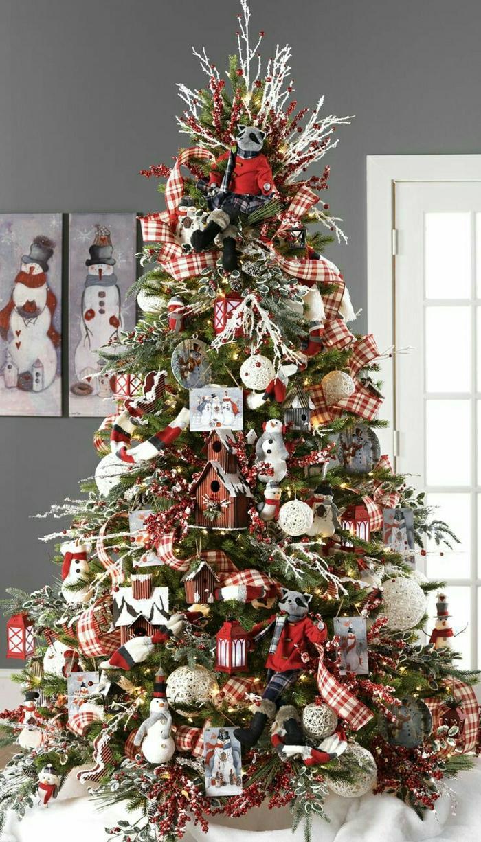 arbol de navidad decorado don adornos en forma de animales y cintas en estampas de cuadrados, monigotes de nieve decorativos