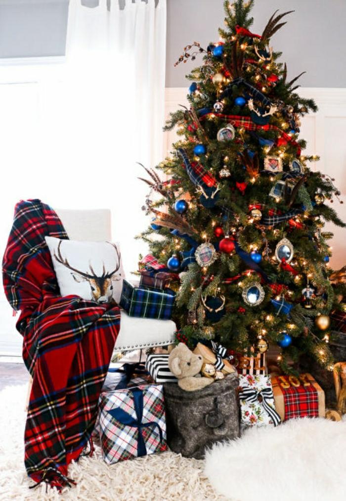 arbol de navidad decorado, propuesta de estilo con ornamentos en rojo, azul y dorado y estampados de cuadrados