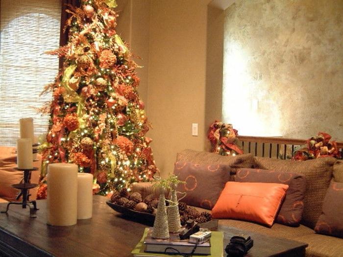 como decorar un arbol de navidad, propuesta fresca y original en colores dorado y naranja, guirnaldas brillantes