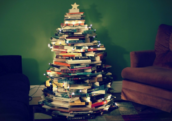 decorar arbol de navidad de manera original, con tus libros favoritos situados en la forma de árbol