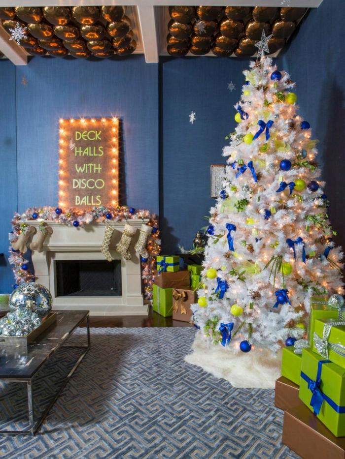 decorar árbol de navidad, ejemplo de pino artificial decorado de manera extravagante, bolas y cintas en colores llamativos