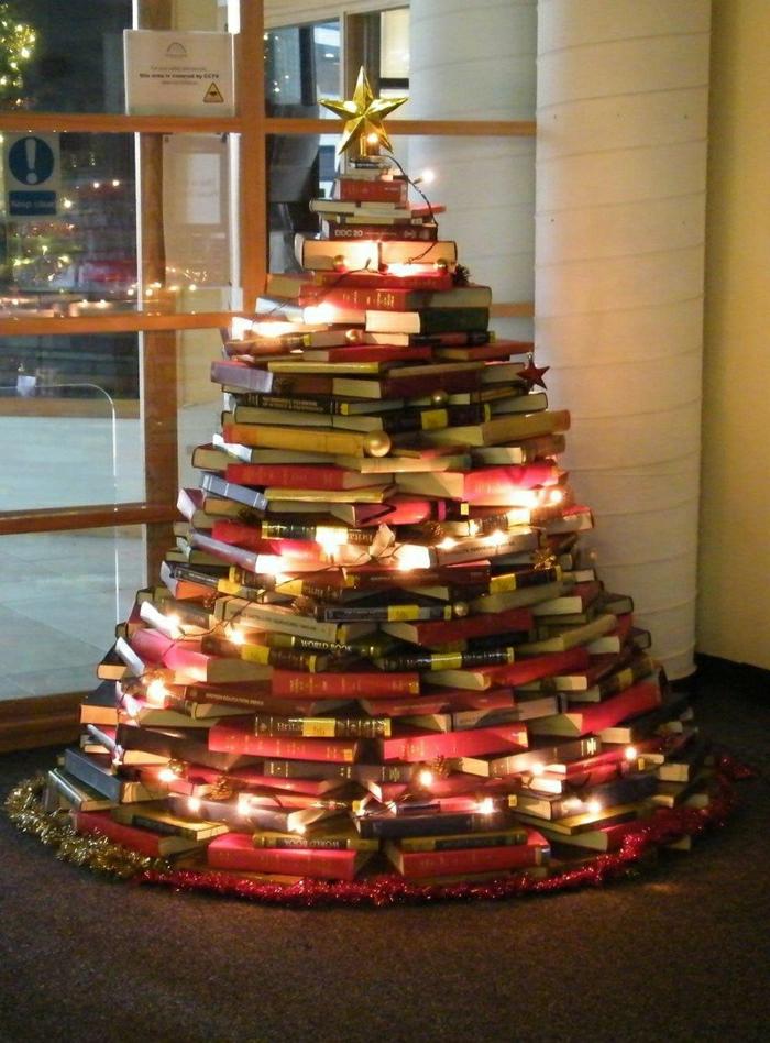 como hacer un arbol de navidad de nuestros libros, idea original con lamparillas en amarillo