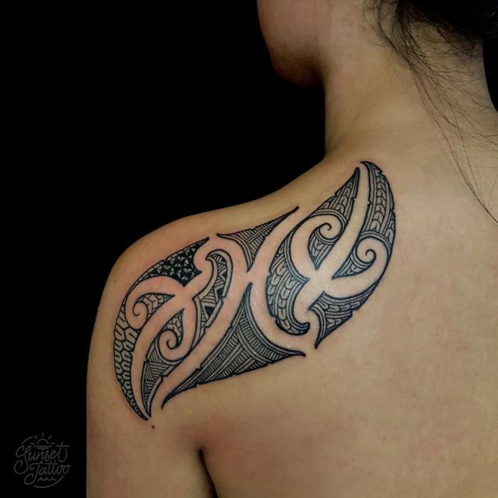 tatuajes maories, tatuaje para mujer en espalda y hombro, motivos polinesios punta de lanza y océano