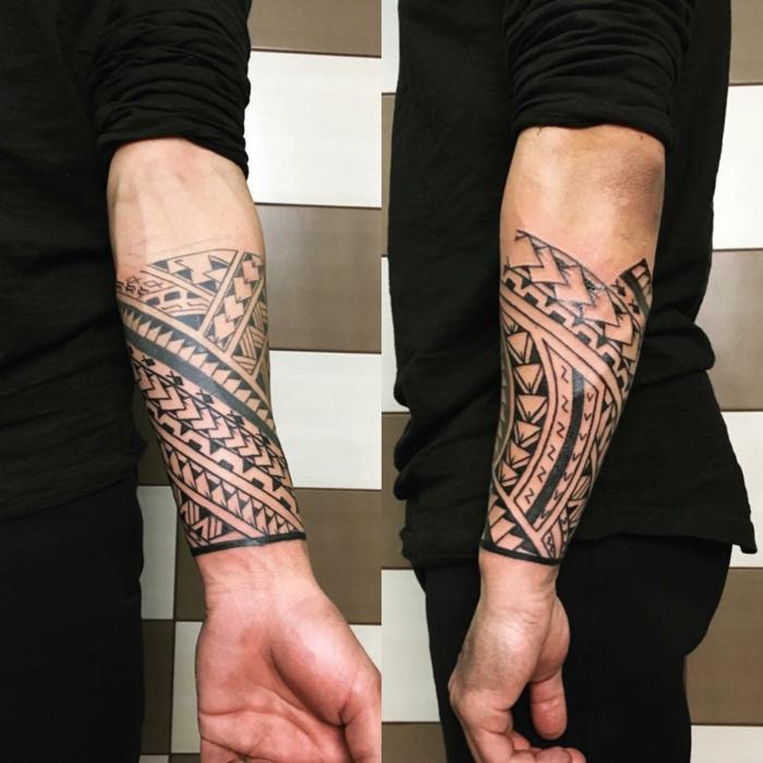tatuajes maories, brazalete con motivo polinesios punta de lanza en antebrazo, hombre con blusa negra