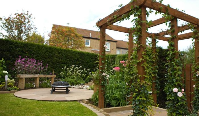 casa y jardin, bonito ejemplo de un patio de recreo moderno, pérgola de madera con plantas trepadoras, cesped muy bien mantenido