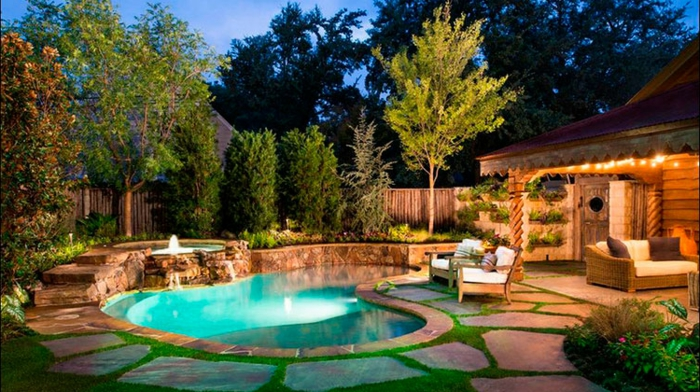 casas con jardin, diseño en tendencia de una casa rústica con piscina y pavimento de piedras, pequeño fuente de piedras