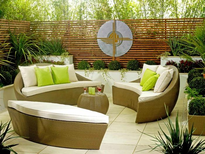 jardines modernos, muebles de diseño único en los tonos del beige, suelo con azulejos, arbustos pequeños en forma redonda