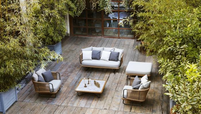 casas con jardin, idea para una sala de estar de verano en el patio, arboles pequeños en macetas grandes de madera, muebles color beige y gris