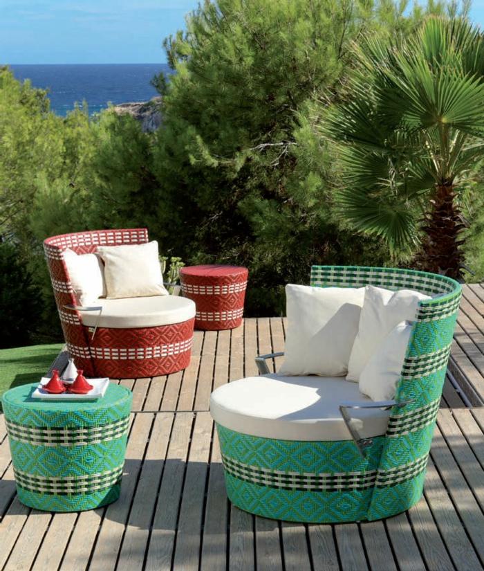 casas con jardin, elevación de vagas de madera con bonita vista al mar, sillones modernos con bordados en rojo y verde