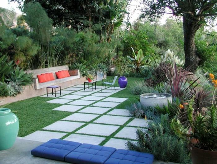 jardines modernos, propuesta fácil de realizar con cojines y colchonetas decorativos y azulejos de piedra cuadrados