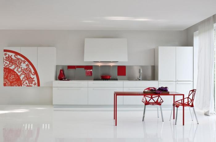 cocinas modernas blancas, cocina grande con comedor en blanco y rojo, muebles y suelo laminado, sillas con huecos triangulares