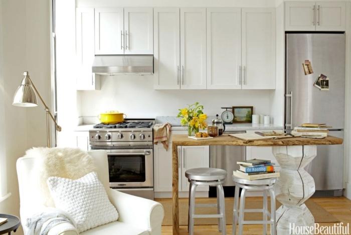 imagenes de cocinas modernas, esquina de lectura con sillón cómodo blanco y cojín, isla de madera acogedora