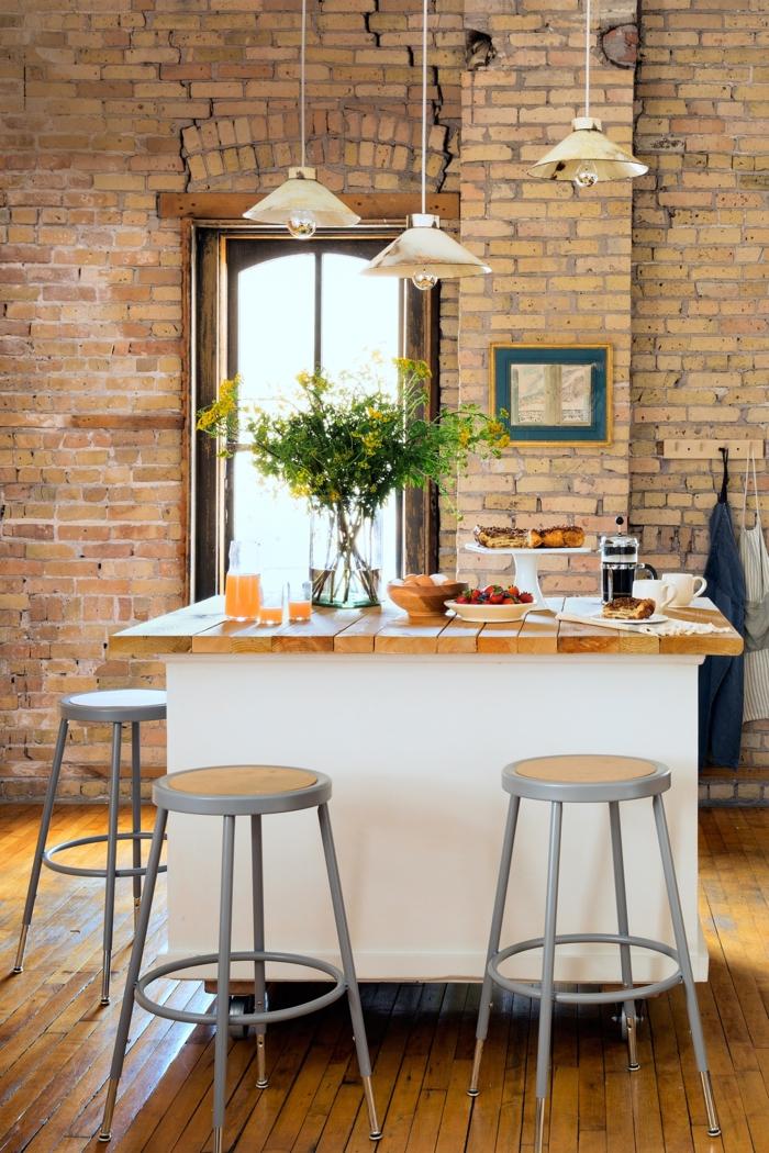 cocinas pequeñas, grande barra en la mitad de la cocina, paredes de ladrillos, lámparas colgantes