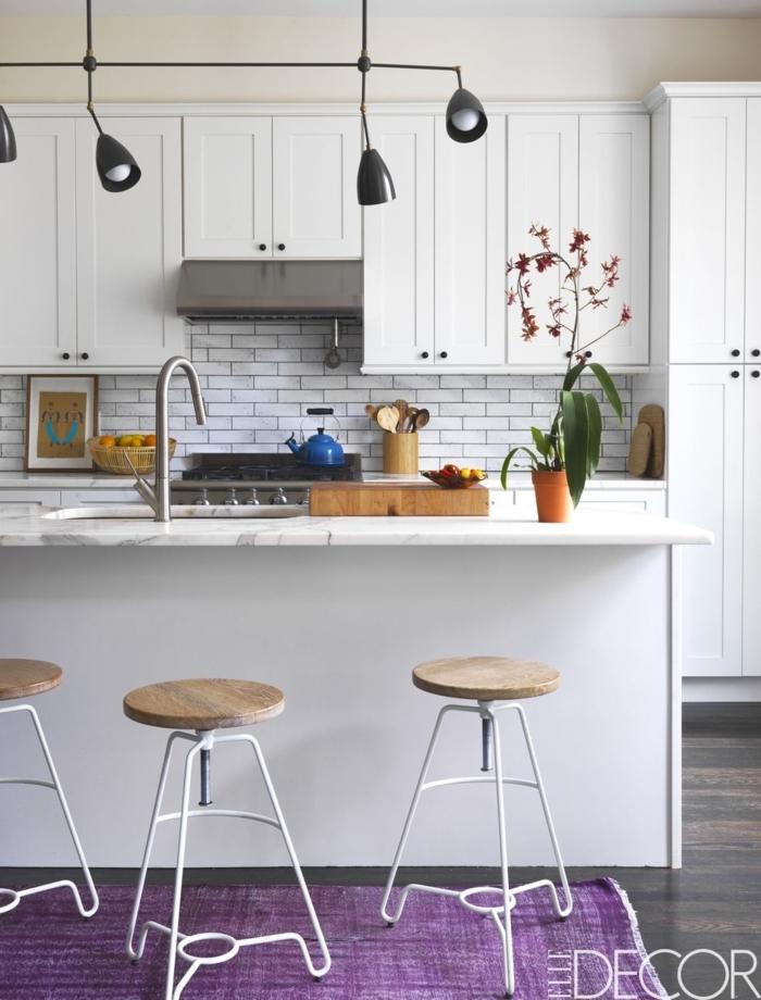 como diseñar una cocina, diseño minimalista en blanco, lámparas colgantes negras, larga isla