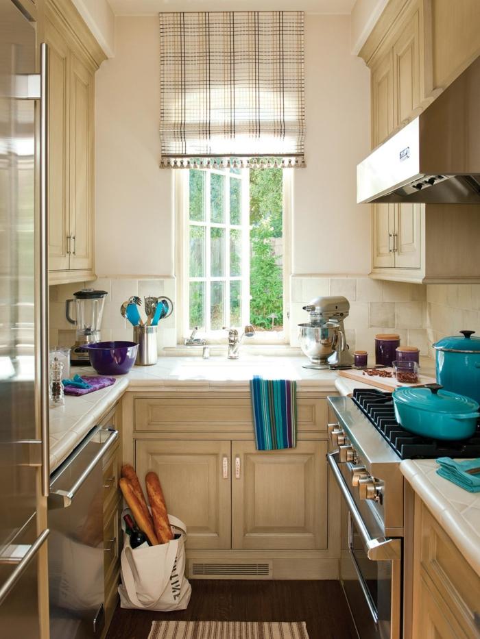 diseñar cocina, usando colores claros para añadir volumen, cocina blanca, detalles de azul chillón