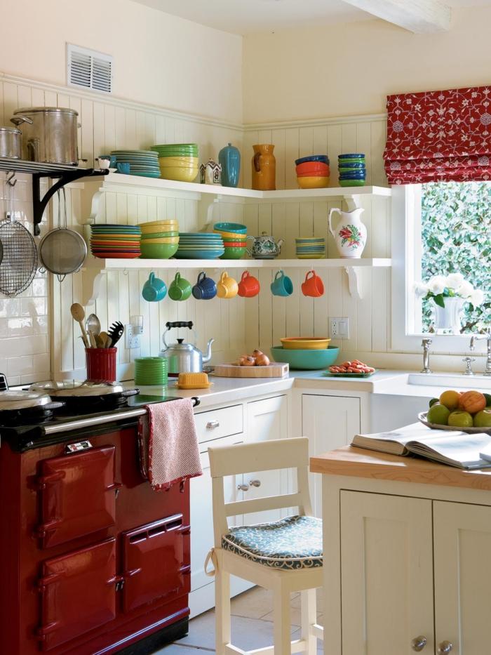 diseñar cocina, ambiente en blanco con estantes flotantes, platos en diferentes colores y estufa en rojo