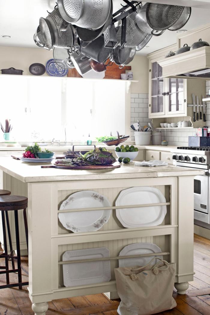 diseñar cocina, cocina color claro con estantería colgante para ganar espacio, grande barra de madera y sillas altas
