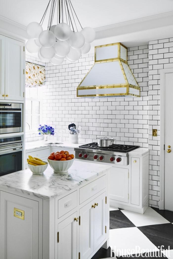 diseñar cocina, pared en ladrillos, cocina en blanco con campana extractora moderna y barra con estantes
