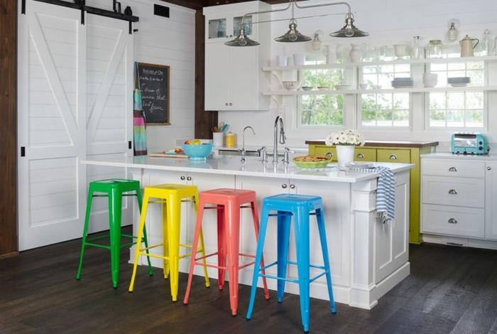 cocinas pequeñas con isla, suelo con parquet oscuro, paredes y muebles blancos con sillas coloridas
