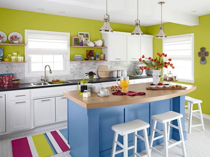 cocinas pequeñas con isla, ejemplo de cocinas en colores pasteles, paredes verdes, barra azul con encimera de madera