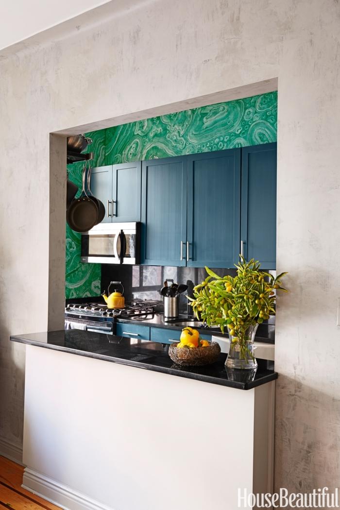 cocinas pequeñas con isla, ventana en vez de puerta, barra larga de mármol, tapices de papel en verde