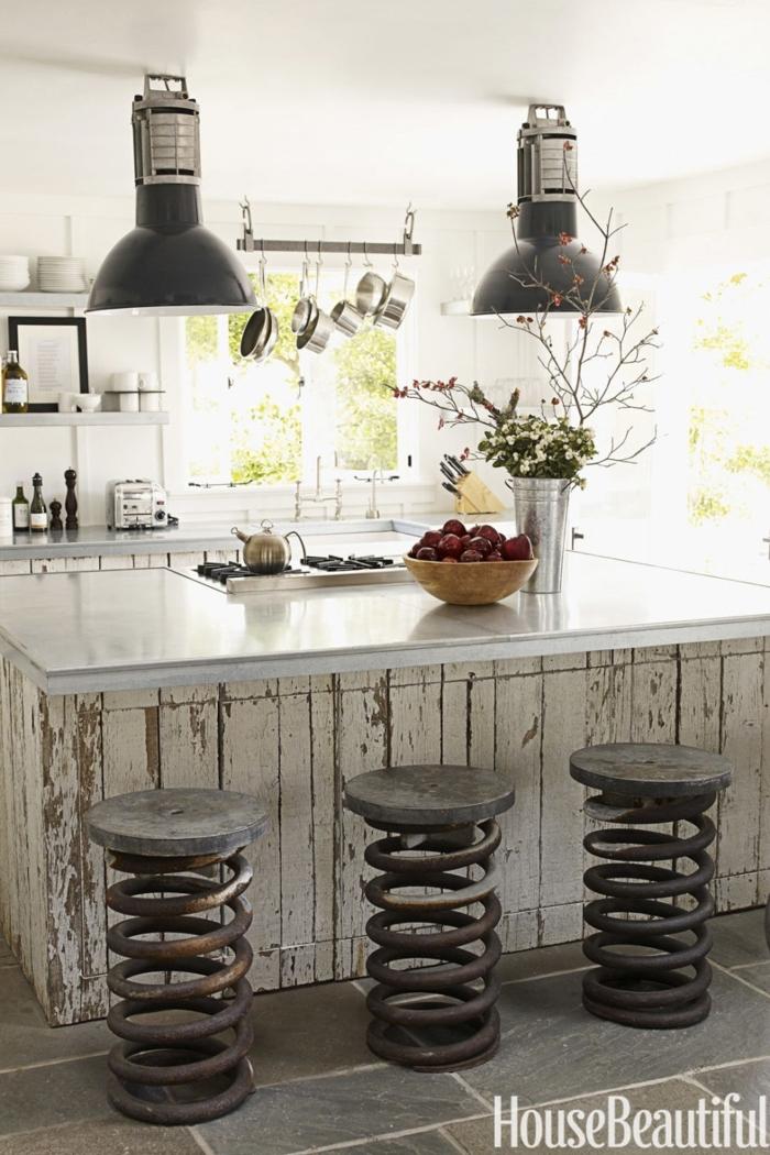 cocinas pequeñas con isla, sillas vintage, barra de madera efecto desgastado, encimera de mármol