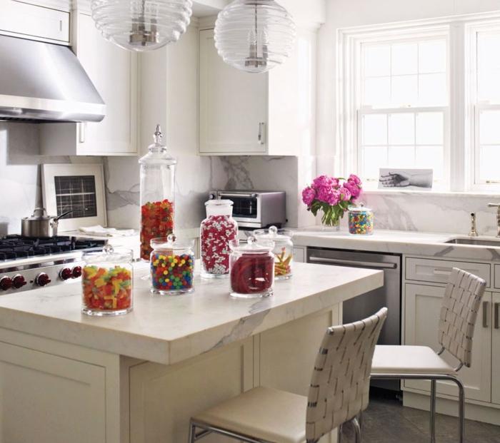 cocinas pequeñas con isla, ejemplo de cocina clásica en blanco, decoración de flores y frascos decorativos
