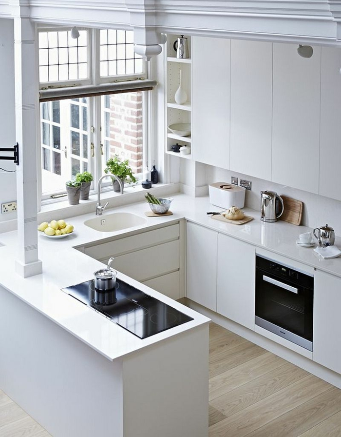 cocinas modernas, cocina pequeña en forma de U con ventana, estufa eléctrica, suelo con tarima