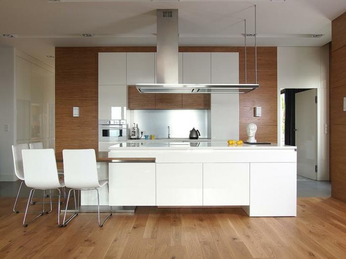 decoracion cocinas, cocina blanca con suelo de tarima, isla con barra de madera, sillas de plástico, pared de madera