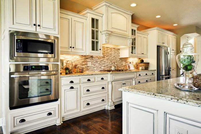 decoracion cocinas, cocina clásica con muebles de madera blanca, suelo de tarima oscura, isla con encimera de mármol