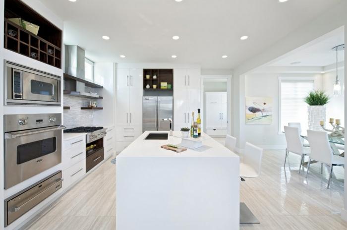 decoracion cocinas, cocina moderna blanca abierta al comedor, isla con fregadero, horno doble, suelo laminado