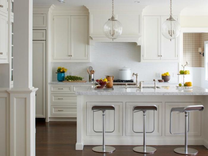 madera blanca, cocina pequeña blanca, isla con fregadero y encimera de mármol, sillas altas de metal