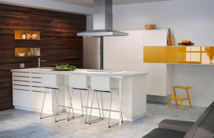 madera blanca, cocina en blanco y amarillo, muebles laminados, isla con barra, sillas altas, pared de tarima, suelo con baldosas