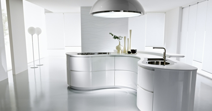 cocinas modernas blancas, cocina isla con esquinas redondeadas, blanco brillante, material laminado, lámpara grande plateada