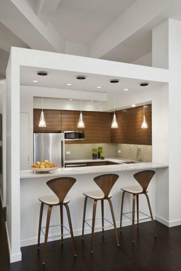 como diseñar una cocina, ejemplo de estilo en blanco y marrón, sillas de diseño, lámparas cónicas