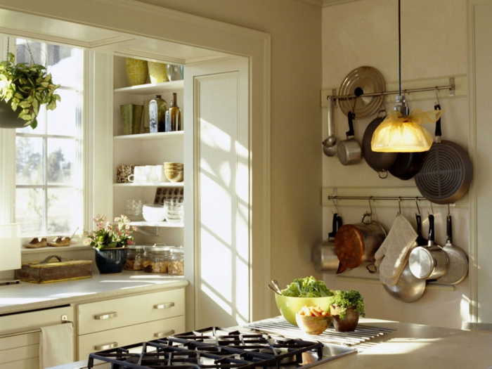 como diseñar una cocina, cocina luminosa en blanco, toque acogedor, sartenes colgados en la pared